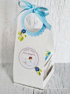 Ręcznie robiony exploding box na chrzest chłopca. Oryginalny prezent z okazji chrztu od chrzestnych. Pamiątka chrztu w kolorze niebieskim i szarym.