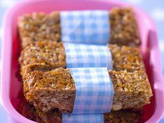 Selbstgemachte Müsliriegel | http://eatsmarter.de/rezepte/selbstgemachte-muesliriegel