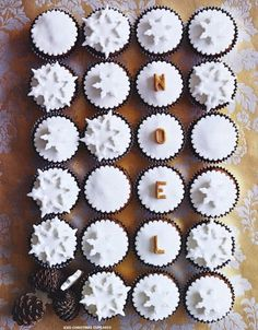 Cute idea for serving and decorating christmas snowflake cupcakes