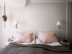 Chambre double avec lits individuels dans un style scandinave Wabi Sabi, Turbulence Deco, Home And Away, Bedroom Colors, Wall Decor, Curtains, Interior, Furniture, Walls