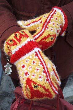Melkein kuin uusi: Kettukarkkilapaset (ja neulekaavio!) Knitting Socks, Mitten Gloves, Yarn Thread, Beaded Cross Stitch, Hobbies And Crafts, Yarn Crafts, Fingerless Gloves, Arm Warmers, Tricot Facile