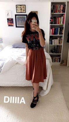 fade8eaa86105 Saia com cinto grosso e camisa cool. Alpha female shirt with sleeves rolled  up