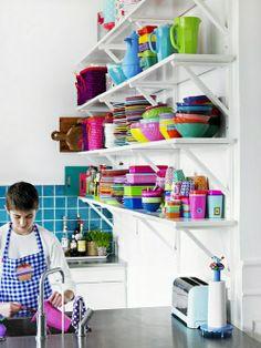 farbgestaltung küche küchenausstattung bunt geschirr wandregale