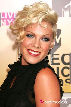 Pink (stylisé P!nk), de son vrai nom Alecia Beth Moore, est une chanteuse et actrice américaine, née le 8 septembre 1979 à Doylestown en Pennsylvanie (États-Unis).