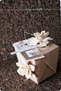 I love the look of this corrugated kraft takeout box adorned with tag and flowers.