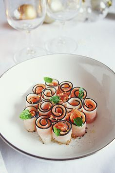 Black radish roll & smoked salmon by Söta Salt - Trend Appetizer Fine Dining 2019 Gourmet Appetizers, Appetizer Plates, Finger Food Appetizers, Great Appetizers, Gourmet Recipes, Finger Foods, Salmon Roll, Pumpkin Smoothie, Exotic Food