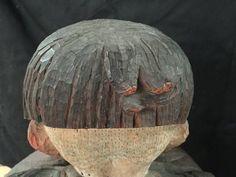 【作品紹介・橋本平八《或日の少女》③】前髪は誰かが櫛で丁寧に揃えてくれたかのように縦の線がきれいに並んで彫られています。けれど、正面から見えないところでは・・・寝癖がしっかり。
