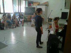 Amy London prova al piano con le allieve della scuola di canto