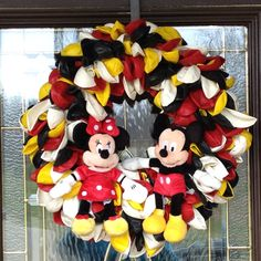 12 Disney craft Ideas for the Disney Princess on a Budget! Mickey and Minnie balloon wreath!