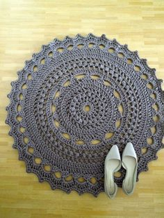 Crochet spaghetti yarn floor rug grey