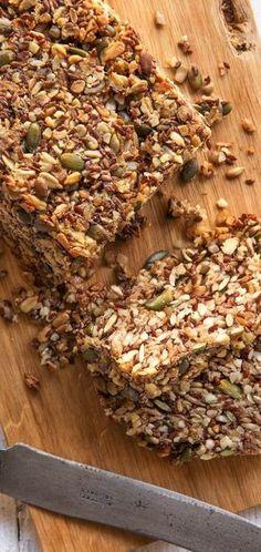 Brot ohne Mehl: Energiebrot Steffis Energiebrot ist eine tolle weitere Alternative für alle, die ihr Brot ohne Mehl backen möchten. Es schmeckt nicht nur super lecker, sondern schenkt Euch auch reichlich Energie und Kraft für den Alltag! Backen / Backen ohne Mehl / Brot / Brot ohne Mehl / Gesund / Körner / DIY #hellofreshde #diy #backen