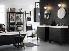 Förebygg stressade morgnar och skapa dig en lugn atmosfär i badrummet. HEMNES/ODENSVIK kommod med 2 lådor, GRUNDTAL spegel, VITEMÖLLA vägglampa, HEMNES hyllor. Stylist: Hans Blomqvist