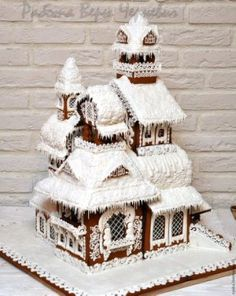 A gingerbread house is sooo adorable and pretty! But these incredible ones take gingerbread houses to the next level! Easy Gingerbread House, Gingerbread House Template, Gingerbread House Designs, Gingerbread Decorations, Gingerbread Cake, Christmas Baking, Christmas Cookies, Christmas Crafts, Italian Christmas