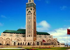 The Hassan II Mosque Casablanca, Morocco. Monuments, Casablanca Morocco, Modernisme, Beautiful Mosques, Beautiful Places, Beautiful Pictures, Dubai City, Excursion, Grand Mosque