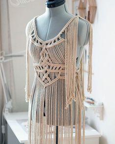 Платье «Деметра» из хлопкового шнура. 🍀 Размер XS-M (регулируется шнуровкой по талии). Длина - макси. По вопросам приобретения пишите в… Macrame Design, Macrame Art, Macrame Knots, Macrame Jewelry, Dress Sewing Patterns, Clothing Patterns, White Fashion, Diy Fashion, Macrame Dress
