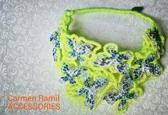 Collar flúor de Carmen Ramil con mariposas
