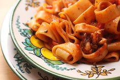 La calamarata è un primo piatto tradizionale della cucina napoletana e deve il suo nome al formato della pasta utilizzato che è molto simile agli anelli di calamaro. Un primo piatto di pesce semplice e veloce da preparare