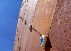 clay tiles....Mooie kleitegels. De keramische 'spijkers' niet persé, maar wel het idee van keramische tegels vind ik leuk