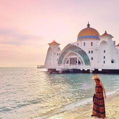 【_hiroco_n___】さんのInstagramをピンしています。 《* * ʜᴇʟʟᴏ≋ * マラッカの海の上にあるモスク✨ これ見た時は『うぎゃー❤️❤️❤️』っ叫ばずにはいられなかったꉂꉂ😆 * 着いたのがサンセットには早すぎちゃってwww マジックアワーだったらもーっと綺麗だったろなぁ😊✨ めっちゃ素敵な場所でした😍❤️❤️❤️ * 少しずつみなさんの所へ伺いますー🙌🏾💕 遅くなってごめんなさいー😭💦 * * * #マレーシア#マラッカ#モスク#海#空#ビーチ#サンセット#自然#風景#旅行#旅#カメラ女子#カメラ好き#カメラ#コーデ#ワンピース#カジュアル#malaysia#melaka#malacca#sea#sunset#beach#Mosque#sky#nature#view#genic_mag#trip》
