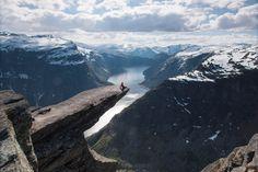 Die Trolltunga ist ein spektakulärer Felsvorsprung in Norwegen. Sie liegt auf 1.100 m Höhe und circa 700 m über dem See Ringedalsvatnet in Skjeggedal.  Erleben Sie Skandinavien mit Länder und Leute!