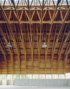 Sea-Folk Museum by Naito Architect & Associates. This museum for fishing-related crafts has an meter-wide feet) roof constructed of laminated timber trusses. Sunlight fills this generous space from a central skylight, illuminating the fishing b Cantilever Architecture, Space Architecture, Japanese Architecture, Architecture Details, Bamboo Structure, Timber Structure, Timber Roof, Roof Design, Wood Construction