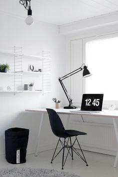 Työhuoneessa toimii oma suunnittelutoimistoni, jossa tulee vietettyä paljon aikaa.. . . . Hayn Loop stand -pöydällä mahtuu työskentelemään. Hyvää työvaloa tarvitsee ainakin vuoden pimeinä aikoina, joten laadukas Luxo L-1 arkkitehtivalaisin oli oikea valinta.. Vaikka teenkin työt läppärillä, suunn...