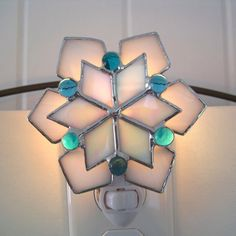 Sparkling Snowflake Stained Glass Night Light ~ by hobbymakers on Etsy Stained Glass Night Lights, Stained Glass Lamps, Stained Glass Projects, Stained Glass Patterns, Mosaic Glass, Fused Glass, Glass Art, Glass Picture Frames, Stained Glass Christmas