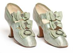 Paire de chaussures, Hellstern & Sons, Paris, 1900-1910 Satin, broderie de perles de verre  - http://www.lesartsdecoratifs.fr