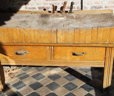 Brede hakblok, orgineel oud, met messen-gleuf incl. messen. Leuk voor naast uw BBQ