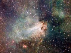 La Fábrica de Estrellas Messier 17Esculpida por los vientos estelares y la radiación, la fábrica de estrellas conocida como Messier 17 se encuentra a 5.500 años luz de distancia de la rica constelación de Sagitario.