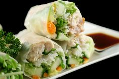 This chicken spring roll recipe is not that hard to do. They may seem a little tricky if you have not tried them before but the rice sheets are quite strong and pliable and the assembly just takes a little practice. Chicken Spring Rolls Recipe from Gran Bbq Chicken Pizza, Vegetarian Spring Rolls, Appetizer Recipes, Appetizers, Cooking Chinese Food, Chicken Spring Rolls, Mets, Easy Chicken Recipes, Chili Recipes