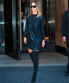 How to wear the season's over-the-knee boots: mix textures like Jessica Alba. Sparkly Outfits, Casual Outfits, Sparkly Clothes, Teen Fashion, Fashion Outfits, Quoi Porter, Mein Style, Fashion Week Paris, Street Style