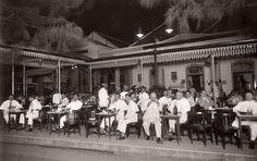 restaurant hellendoorn in soerabaja ca 1928 Old Pictures, Old Photos, Java, City Of Heroes, Swiss Guard, Dutch East Indies, Dutch Colonial, Bogor, Historical Pictures