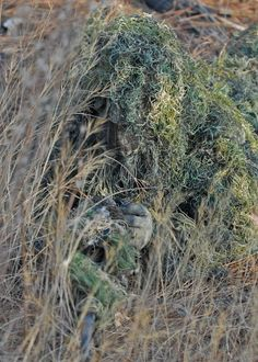 Sniper in a grass-like camouflage. Sniper Camouflage, Military Camouflage, Military Guns, Military Life, Military Art, Special Ops, Special Forces, Le Sniper, Ghost Soldiers