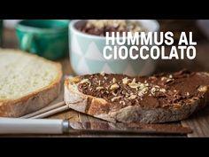 Versate nel robot da cucina 240gr di ceci, 130 gr di sciroppo d'acero, 20 gr di cacao, 3 cucchiai d'acqua, 2 cucchiai di crema di mandorle o tahin, cannella, 1 pizzico di vaniglia e 1 pizzico di sale. Azionate il robot e frullate il composto per qualche minuto fino ad ottenere una crema liscia e omogenea. Nel caso fosse necessario potete aggiustare il sapore finale del vostro hummus aggiungendo altro cacao, o sciroppo o crema di mandorle a seconda del vostro gusto. Oppure aggiungere altra…