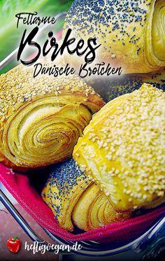 Dänsiche Blätterteigbrötchen mit wenig Fett. Das geht nicht? Geht schon! Und obendrein kann man es auch rein pflanzlich zubereiten. Die veganen Birkes stehen dem Original in nichts nach. #birkes #vegan #dänisch #skandinavisch #reinpflanzlich #pflanzlich #veganfrühstücken #frühstück #mohn #sesam #brötchen #blätterteig #tebirkes #selbermachen #backen #herzhaft Sweets Cake, Vegan Sweets, Fett, Cantaloupe, Ethnic Recipes, Savory Breakfast, Vegan Breakfast, Vegan Life, Birch