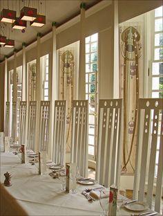 Le salon de musique est la pièce la plus lumineuse de la Maison en raison de sa couleur blanc cassé et de ses six bow-windows qui donne sur le grand balcon orienté au sud.  Le mobilier comprend des chaises aux dossiers caractéristiques du style de Mackintosh, des luminaires très légers, un piano dont le meuble a été conçu pour le salon, des décors et des tentures (peintes et imprimées) parallèles aux fenêtres qui déclinent les motifs symboliques de l'oeuvre de Margaret Macdonald…