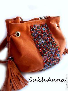 """Купить Сумка """"Паприка"""" - оранжевый, сумка замшевая, Сумка с вышивкой, вышитая сумка, вышивка камнями Leather Purse Diy, Diy Purse, Leather Purses, Handmade Handbags, Handmade Bags, Accessoires Divers, Ethnic Bag, Lesage, Unique Purses"""