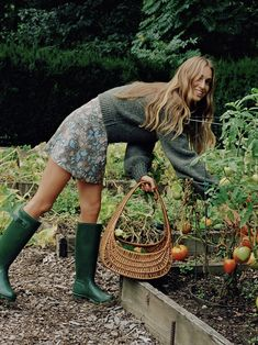 New Fashions by Diane von Furstenberg Farm Fashion, New Fashion, Countryside Fashion, Countryside Style, Farm Lifestyle, Mode Hippie, Iconic Dresses, Jolie Photo, Winter Outfits