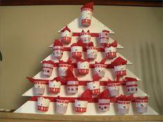 Calendrier de l'Avent fait avec goblets en plastique - DIY - Advent Calendar made using miniature plastic cups.