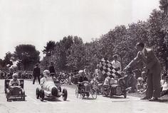 Carreras infantiles en el Paseo de Coches del Retiro con motivo del dia de San Isidro.7 mayo 1950.