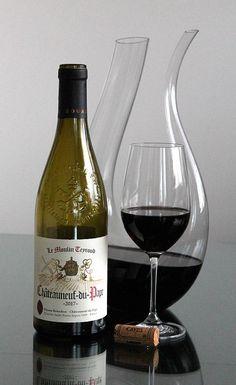 Eteläisen Rhonen laakson kuuluisimman viinialueen punaviini, Châteauneuf-du-Pape Le Moulin Teyroud 2017 Wine Pics, Chateauneuf Du Pape, Alcohol Aesthetic, Enjoy Your Life, Le Moulin, Red Wine, Alcoholic Drinks, Bottle, Glass