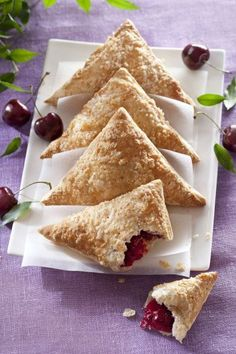 Cherry bags with puff pastry Chocolate Oreo Cake, Soft Chocolate Chip Cookies, Oreo Cake Recipes, Baking Recipes, Breakfast On The Go, Breakfast Dessert, German Baking, Cheesy Breadsticks, Whats Gaby Cooking