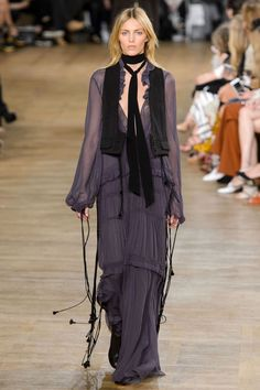 View all the catwalk photos of the Chloe autumn (fall) / winter 2015 showing at Paris fashion week. London Fashion Weeks, Fashion Week Paris, Runway Fashion, High Fashion, Fashion Show, Fashion Design, Fashion Fashion, Chloe, Skinny Scarves
