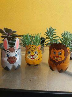 Vasinhos de Garrafa Pet- Ideias e Dicas Reuse Plastic Bottles, Plastic Bottle Crafts, Diy Bottle, Recycled Bottles, Pop Bottle Crafts, Diy Arts And Crafts, Crafts For Kids, Paper Crafts, Diy Crafts