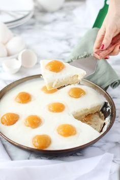 Hoy tenemos una tarta trampantojo para impresionar y tan deliciosa que no pararás de hacerla. ¡Te contamos cómo prepararla! Egg Recipes, Sweet Recipes, Tapas, Delicious Desserts, Yummy Food, Huevos Fritos, Pastry Cake, Recipes From Heaven, Snacks