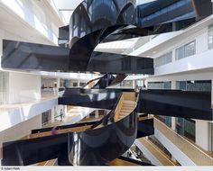 Den regionalen Hauptsitz der Vereinten Nationen in Kopenhagen inszenierten 3XN Architekten mit einer skulptural wirkenden Treppe in einem lichten Atrium. (Foto: Adam Mork)