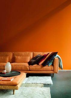 orange wall and sofa 2016 colour trend Retro modern interior Orange Rooms, Living Room Orange, Orange Walls, Orange Room Decor, Orange Sofa, Orange Yellow, Burnt Orange, Palm Springs Style, Colour Architecture