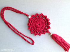 Hoy te enseño a hacer este Colgante de Crochet que será el complemento perfecto para tus looks de otoño !     Te sorprenderá que publi... Crochet Keychain Pattern, Crochet Bookmarks, Crochet Bracelet, Crochet Earrings, Crochet Cross, Crochet Mandala, Love Crochet, Crochet Needles, Crochet Yarn