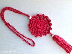 Hoy te enseño a hacer este Colgante de Crochet que será el complemento perfecto para tus looks de otoño ! Te sorprenderá que publi...